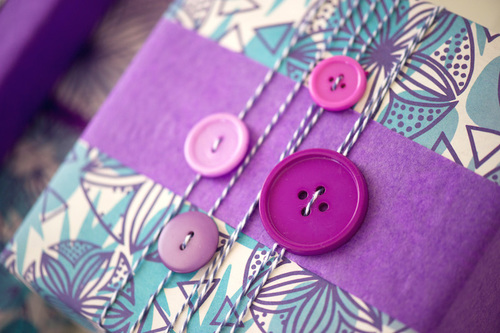 giftwrapping with buttons